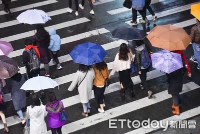 台北長髮妹幫撐傘送奶奶回家 濕一半聽路人開口氣炸
