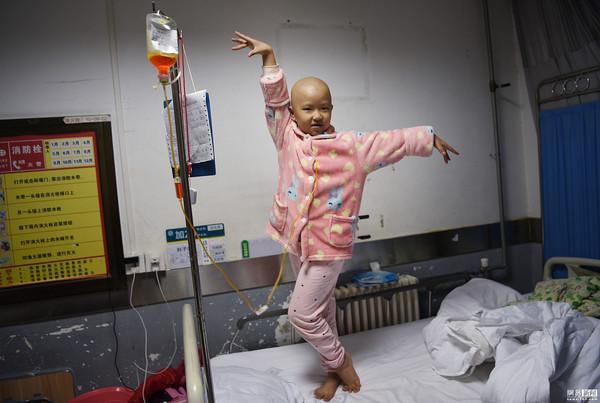 ▲▼ 河南省女童劉子念患有惡性淋巴瘤,在病床上開直播,唱歌、跳舞、說故事樣樣來,因為她認為直播是她拯救自己的方法之一。(圖/翻攝自網易新聞)