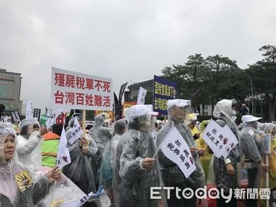 不畏13度低溫 萬人凱道高唱《滿江紅》控訴莫須有稅災