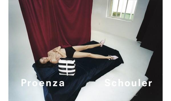 ▲Mariacarla Boscono拍摄Proenza Schouler 2018春夏形象广告。(图/Club 21提供)