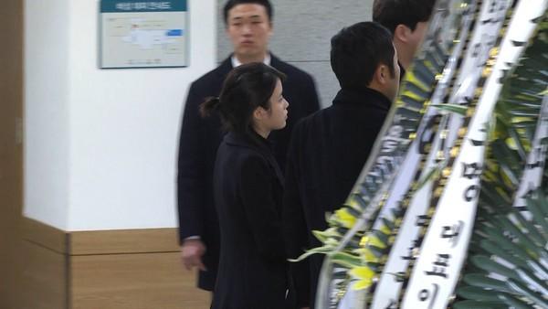 ▲FTIsland、IU抵達鐘鉉靈堂。(圖/達志影像)