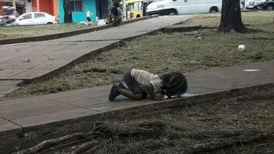 見小女孩「趴地喝髒水」太震驚,暖記者買水送貧民區