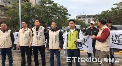 不滿整併 台南安平里鄰長翻桌抗議