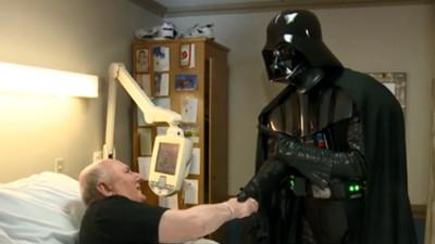 癌末老兵「死前想看星戰8」,黑武士親臨徵召他到電影院