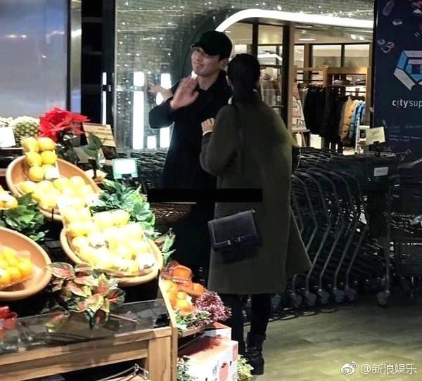 ▲▼巧遇趙又廷、高圓圓逛超市! 手牽手直奔蔬果區。(圖/翻攝自新浪娛樂微博)