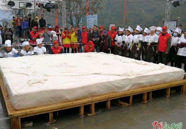 ▲▼大家一起製作巨型豆腐。(圖翻攝自中國江西網)