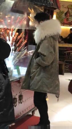▲張藝興買糖葫蘆。(圖/翻攝自微博)
