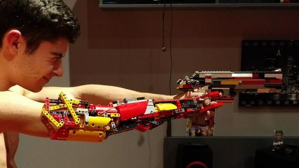 ▲▼勵志故事!少年用 LEGO 自製機械義肢。(圖/翻攝自youtube)
