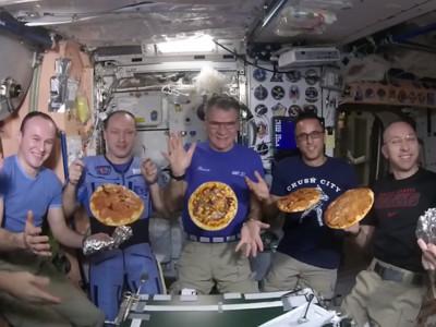 宇宙中開「無重力披薩趴」!太空人噴番茄醬超嗨:垃圾食物!!