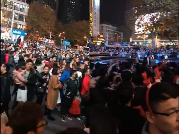 ▲▼高圓圓現身南京商場,現場擠滿數百民眾圍觀。(圖/翻攝自秒拍)