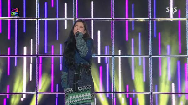 ▲Heize表演時即出現異狀。(圖/翻攝自SBS Entertainment YOUTUBE)