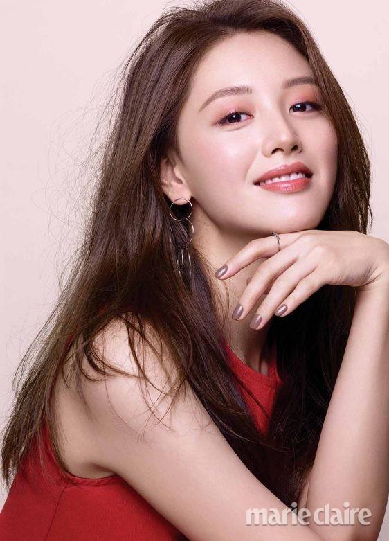 ▲跟金栽经学最新「韩系玫瑰彩妆」。(图/翻摄自《Marie Claire Korea》)