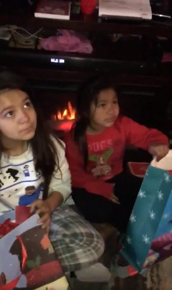 ▲▼爸爸永遠都在!暖姊送留聲小熊給2幼妹 熟悉的味道紀念亡父(圖/翻攝自Twitter)