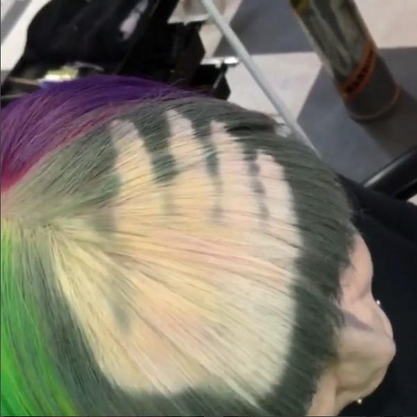 ▲▼手一摸就變色!神奇「感溫染髮」 一把吹風機變彩虹(圖/翻攝自Instagram)