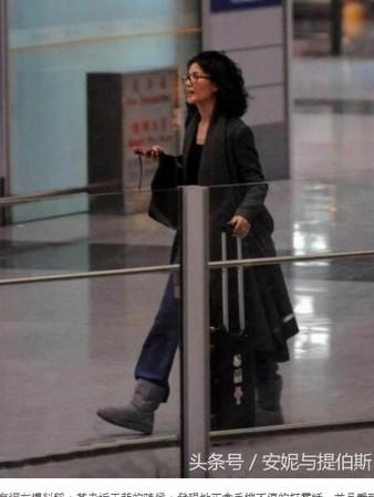 ▲▼王菲11月被拍到在機場和謝霆鋒走散,四處尋找男友的樣子。(圖/翻攝自網路)