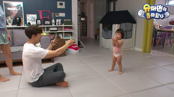 ▲露熙與爸爸奇太映的互動受到觀眾喜愛。(圖/翻攝自KBS)