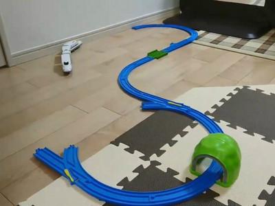 模型車軌道太少不夠玩,日網友出奇招 從此完美無限迴圈