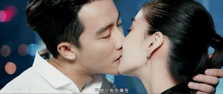 ▲▼Baby爆「隔保鮮膜拍吻戲」(圖/翻攝自微博)