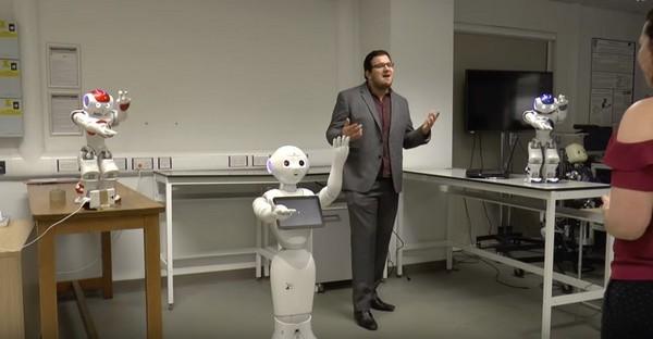 ▼3台機器人賣力伴舞,幫英男抱回美嬌娘。(圖/翻攝自YouTube/Daniel Camilleri)