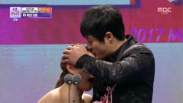 ▲《我獨自生活》朴娜萊與旗安84獲得MBC演藝大賞最佳情侶獎。(圖/翻攝自MBC)