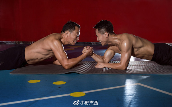 ▲▼廈門一名攝影師帶著父親一起運動健身。(圖/取自「小野杰西」微博)