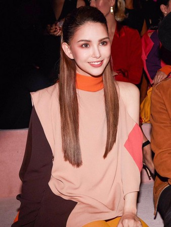 ▲▼昆凌亮相紐約時裝週某品牌的2018年春夏大秀。(圖/翻攝自昆凌臉書)
