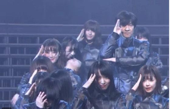 ▲《紅白歌唱大賽》「櫸坂46」和內村光良同台演唱《不協和音》時,成員鈴本美愉表演完後則當場在台上虛脫暈倒。(圖/翻攝自NHK)