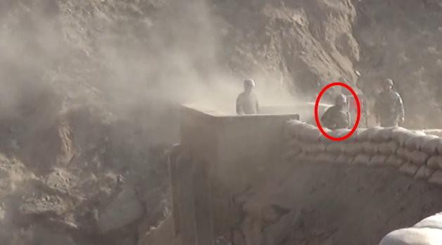解放軍空軍西安飛行學院新兵張宇投手榴彈時,手汗導致彈體滑落到腳下。新訓班長吳彬彬奮不顧身,短短3秒彈下救人,他事後被問到當下不害怕嗎,「他是我的兵,我必須對他負責到底!」(圖/翻攝騰訊視頻)