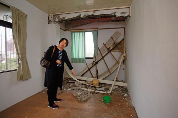 台肥新村住戶向秀美住家內,天花板崩塌、梁柱磚塊掉落,根本不能住人。