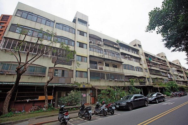 位於北市南港區精華地段的台肥新村,是原能會確認的輻射屋,但都更案歷經13年、3任市長,仍在打官司。