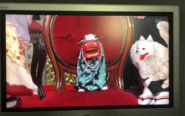 ▲高橋由美子的座位擺了一個紅臉獅子。(圖/翻攝自日網《キニ速kinisoku》)