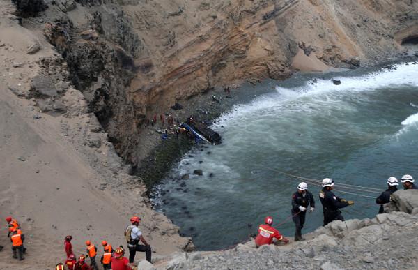 ▲▼祕魯巴士撞卡車後墜崖至少36死。(圖/路透社)