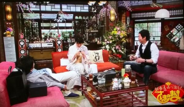 ▲福原愛準備台灣茶具送明石家秋刀魚(左),結果忘記帶茶葉,讓對方笑到躺沙發。(圖/翻攝自《關西電視台》推特)