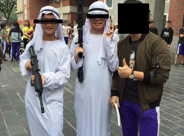 ▲校慶扮持槍穆斯林 網友批「念到高中還沒基本水準」(圖/翻攝自批踢踢)