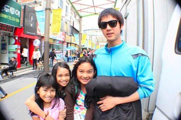 ▲網友到韓國玩和帥哥路人拍照,後來他成為了防彈少年團成員JIN。(圖/翻攝自推特)