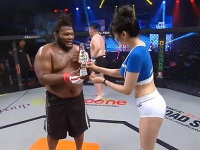 「打贏請跟我交往」拳手告白卻慘輸 舉牌女郎苦笑頒獎給敵方
