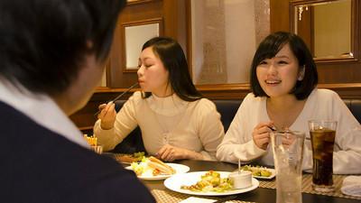 「併桌餐廳」打趴交友APP! 單身男女看對眼就打包帶走