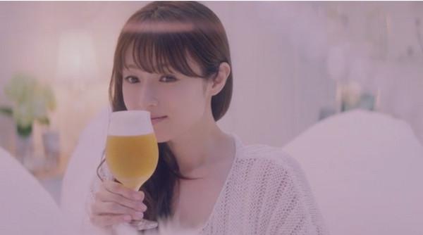 ▲深田恭子曾在同志酒吧大喊「我最愛喝酒!」(圖/翻攝自YouTube)
