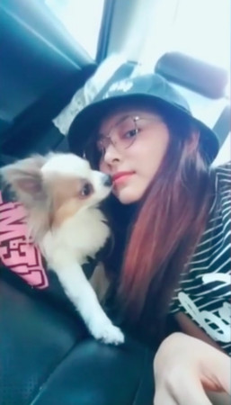▲子瑜被粉絲調侃「狗不想理你」,沒多久又貼出另一段與狗親親的影片。(圖/翻攝自TWICE Instagram)