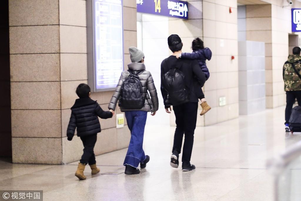 ▲▼鄧超機場罕露兇樣 伸5指檔鏡頭「護懷中女兒」。(圖/CFP)