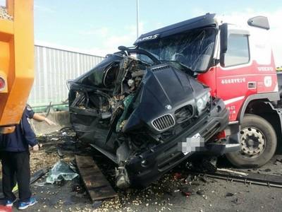BMWX5撞成廢鐵!國道鼎金路段車禍1死
