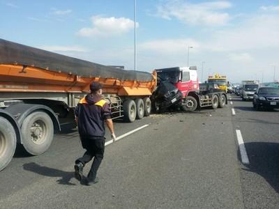 砂石車拖板車擠爛BMWX5 駕駛慘死