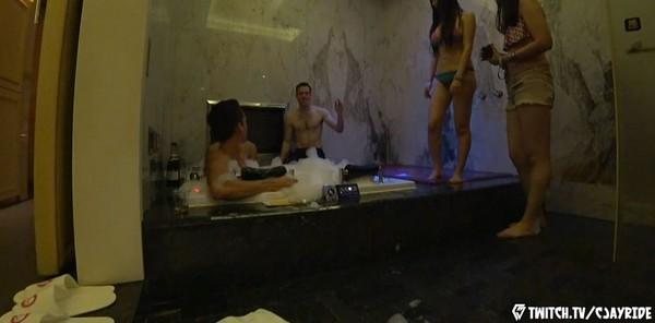 台港2女+3洋男戰摩鐵...「泡泡浴狂歡」G奶搶眼(圖/翻攝Twitch)