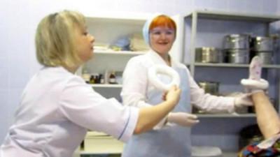 病患腳上套圈圈、捧內臟自拍 俄護理師:這叫做幽默感