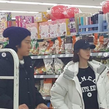 ▲▼潤娥變民宿打工妹! 「低調戴帽超市買菜」照片流出(圖/翻攝自IG、JTBC)
