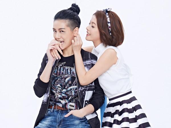 ▲王樂妍(右)在舞台劇《偽婚男女》與王承嫣(小蠻)大談女女戀。(圖/故事工廠提供)