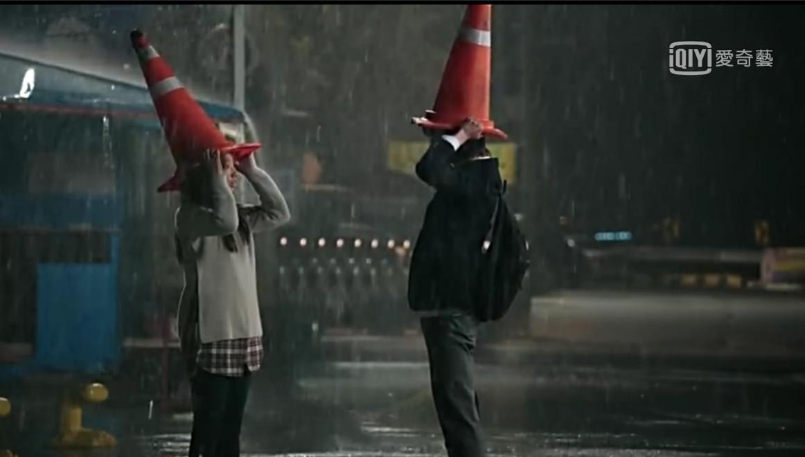 ▲▼李鍾碩根本「雨神同行」! 三角錐、傘下擁吻都超經典。(圖/翻攝自愛奇藝)
