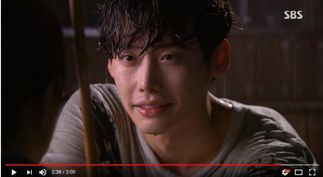 ▲▼李鍾碩根本「雨神同行」! 三角錐、傘下擁吻都超經典。(圖/翻攝自YouTube SBS Drama)