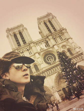 ▲吳尊帶一家人去巴黎旅遊。(圖/翻攝自吳尊微博)
