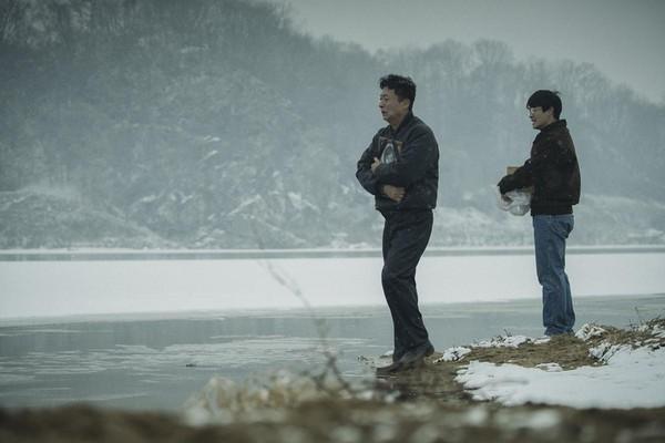 學生朴鍾哲被刑求致死後通知家人認屍,只能將骨灰撒到江河裡,家屬悲痛欲絕。(翻攝自HANCINEMA網站)